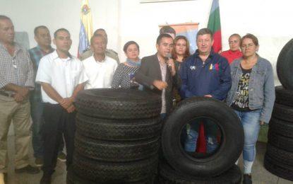 Transportistas del municipio Cárdenas reciben dotación de cauchos del Gobierno Bolivariano