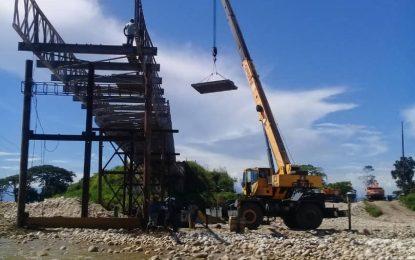 80% de avance registran trabajos de puente sobre río Burgüa