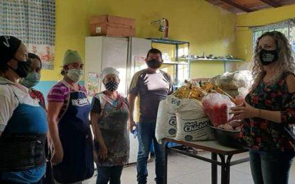 Gabinete Social atiende a familias albergadas en unidades educativas