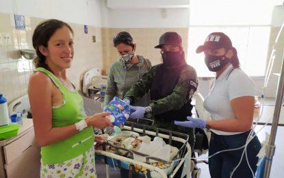 Funcionarios entregan regalos en el Hospital Patrocinio Peñuela Ruiz