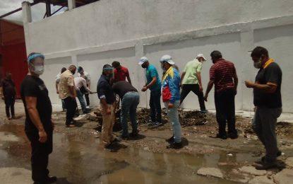 Trabajadores realizan mantenimiento en los alrededores de Transtáchira