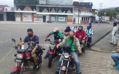 Los motorizados y taxistas recibieron atención especial de despacho de combustible