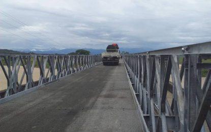 Avanzan trabajos de rehabilitación del puente sobre el río Burgua