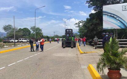 Venezuela retira contenedores del puente Santander en Ureña